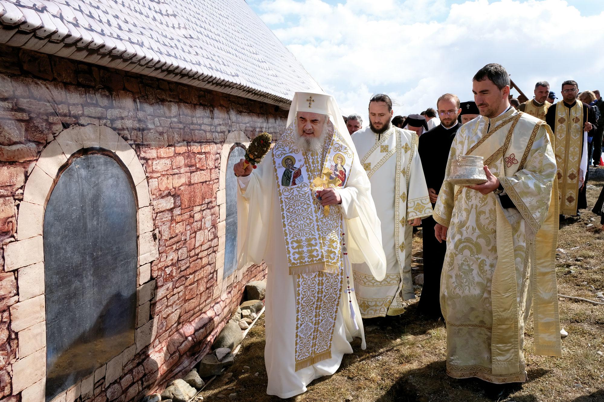 Biserică a eroilor români pe platoul munţilor Bucegi