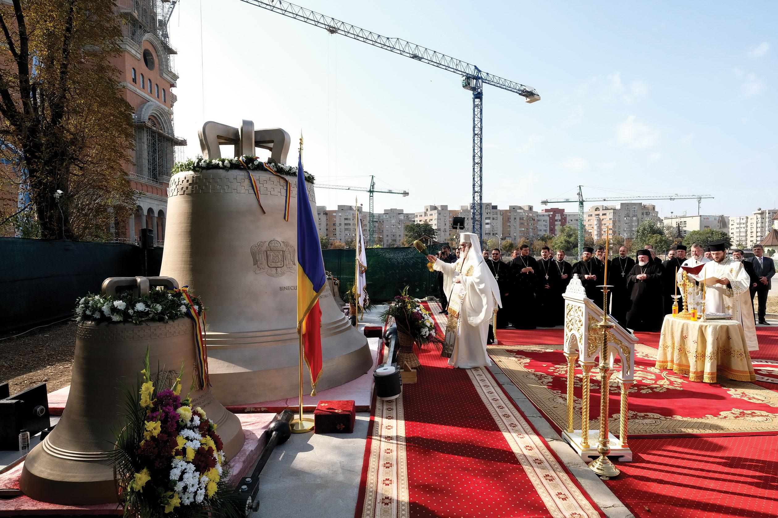 Clopotele Catedralei Naţionale au fost sfinţite