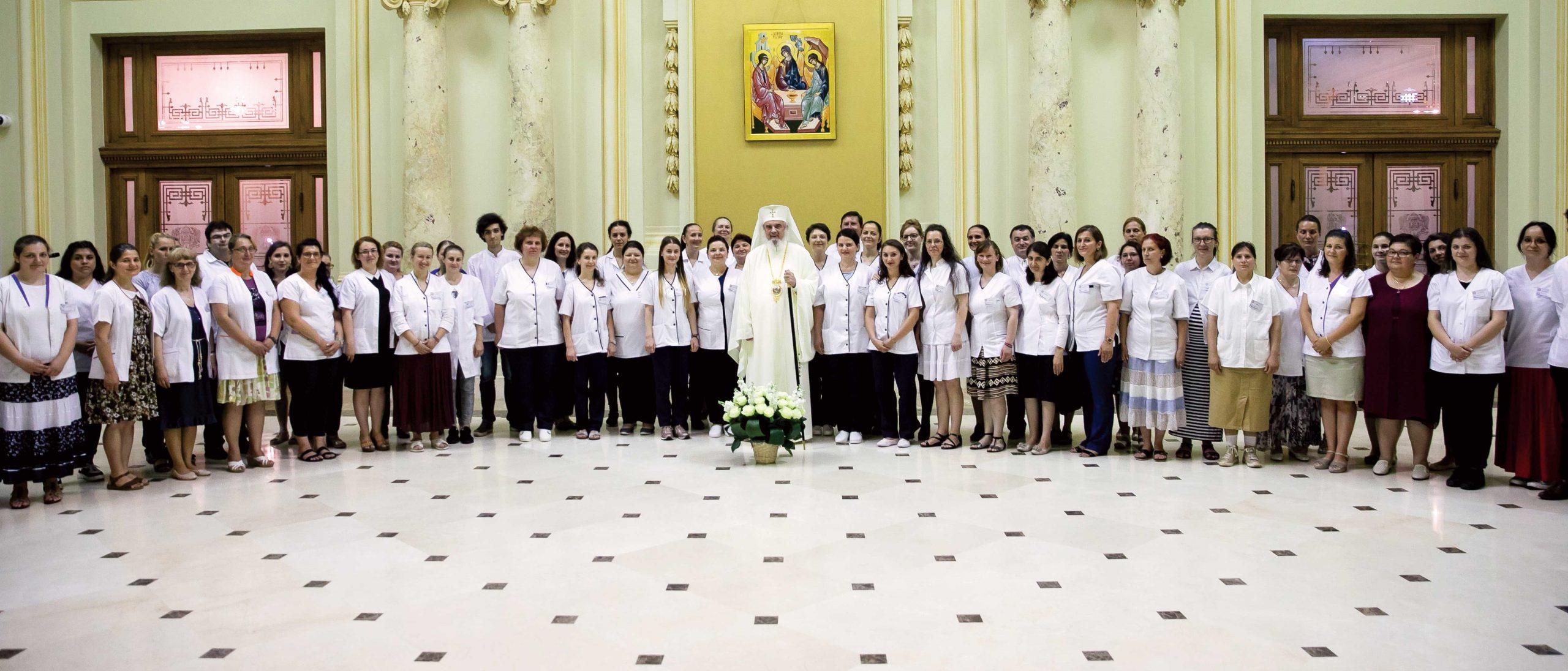 """Primii absolvenţi ai Şcolii Sanitare """"Sfântul Nectarie"""" din Bucureşti"""
