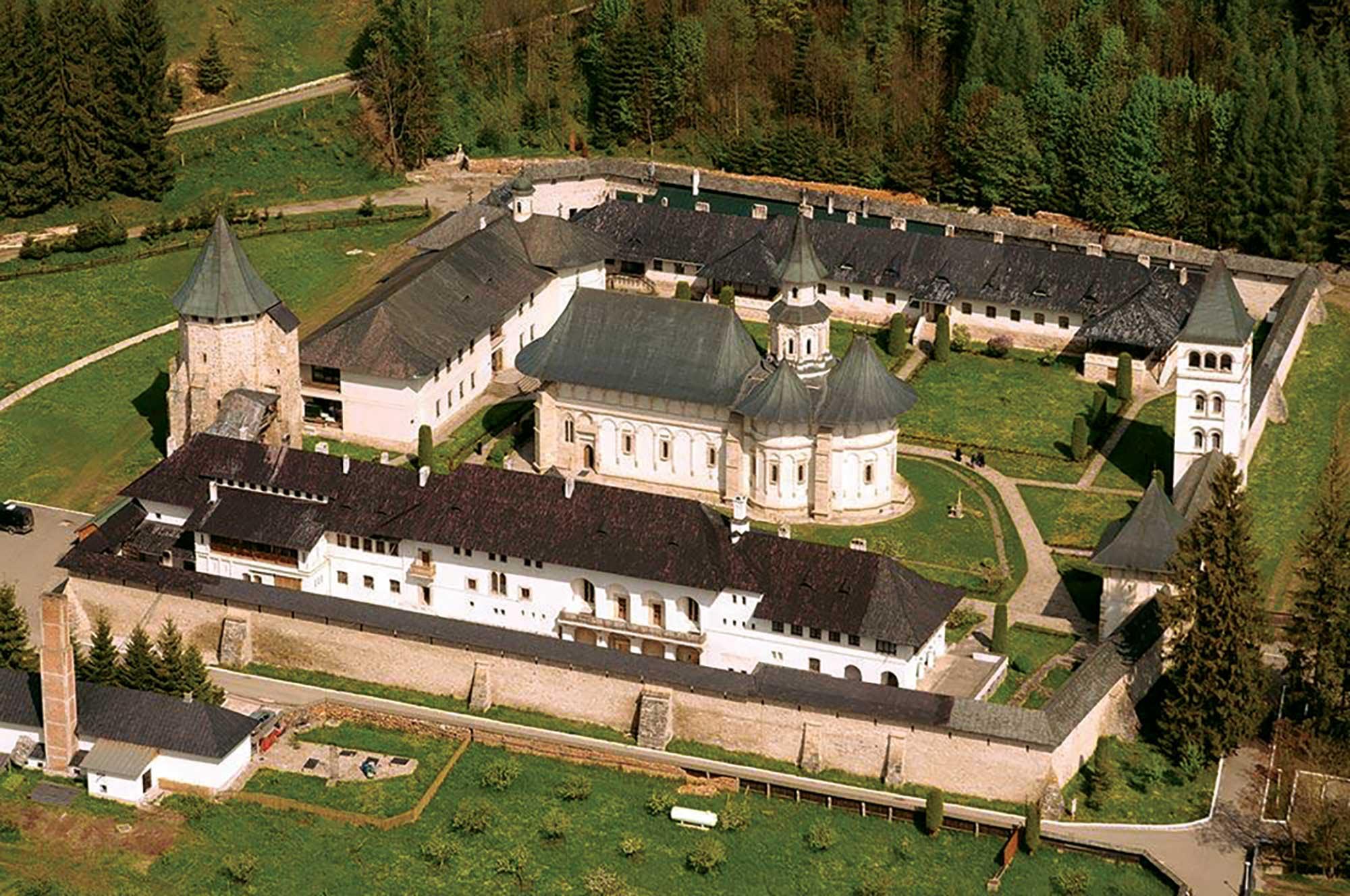 Mănăstirea Putna – 550 de ani înălţaţi la cer şi dăruiţi Preasfintei Treimi