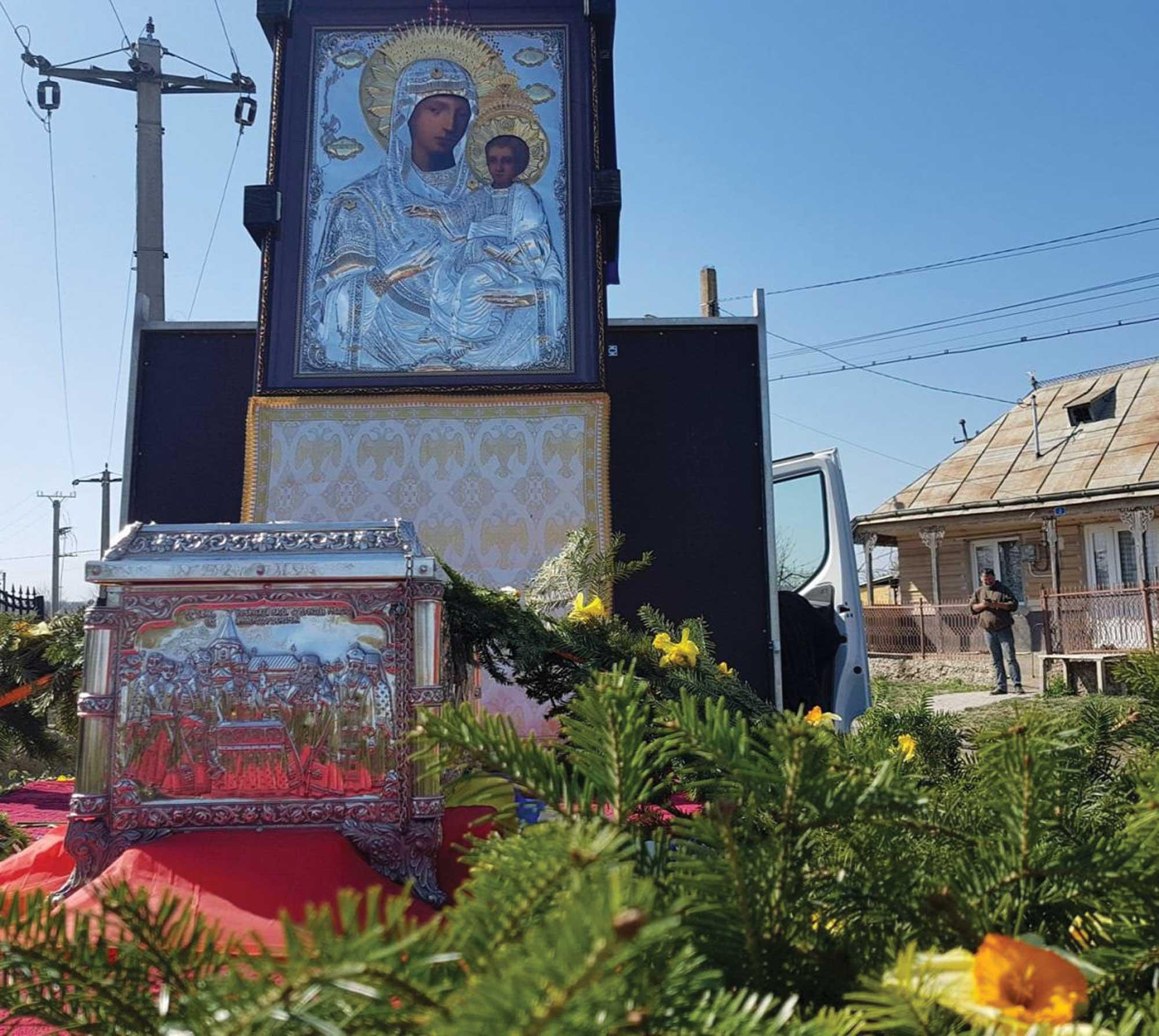 Procesiuni sub ocrotirea Maicii Domnului în municipiile Roman şi Bacău