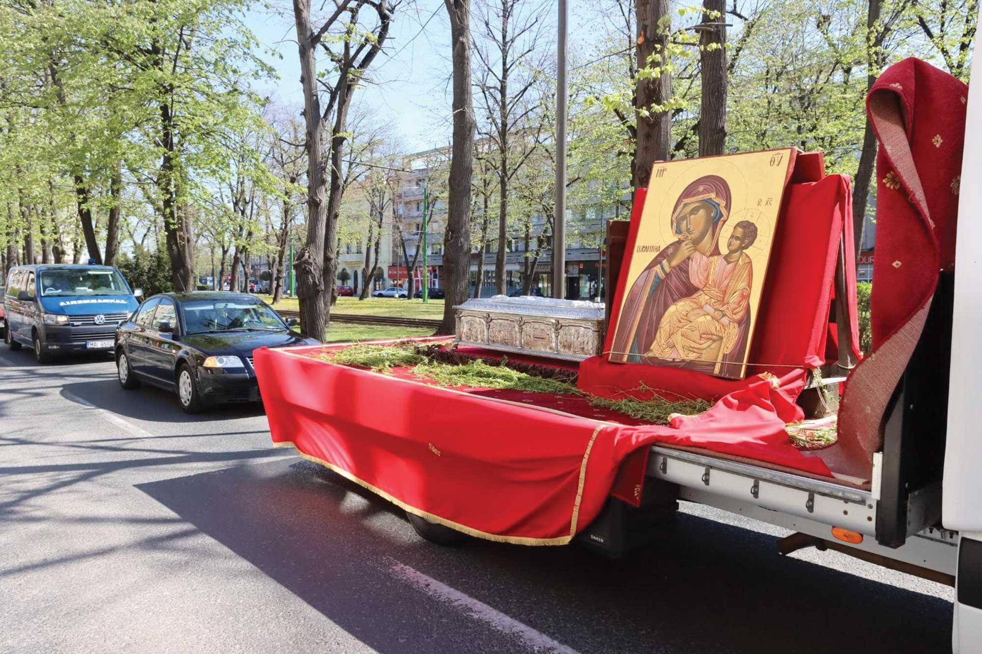 Procesiune cu sfinte moaște și icoane pe străzile Aradului