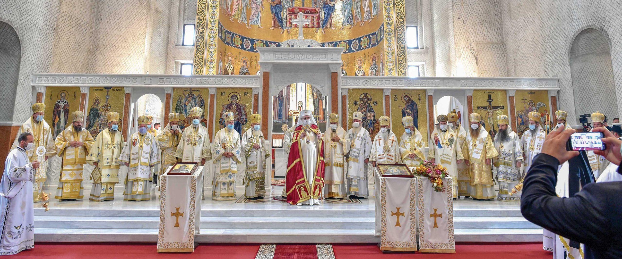 O mare făclie de Înviere  a fost sfinţită la Oradea: noua Catedrală Episcopală ortodoxă