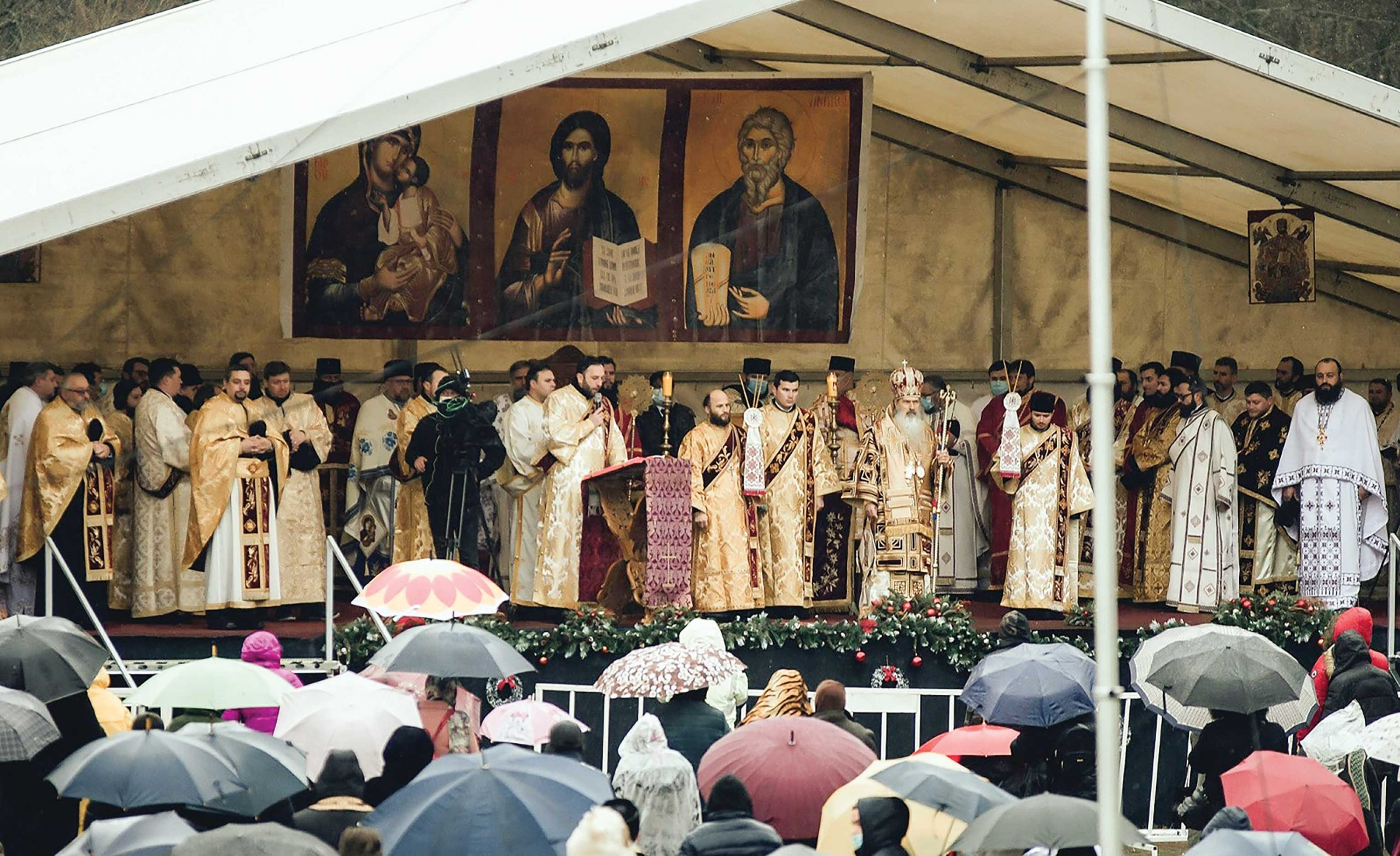 """Sărbătoare la Mănăstirea """"Peştera Sfântului Andrei"""" din judeţul Constanţa"""
